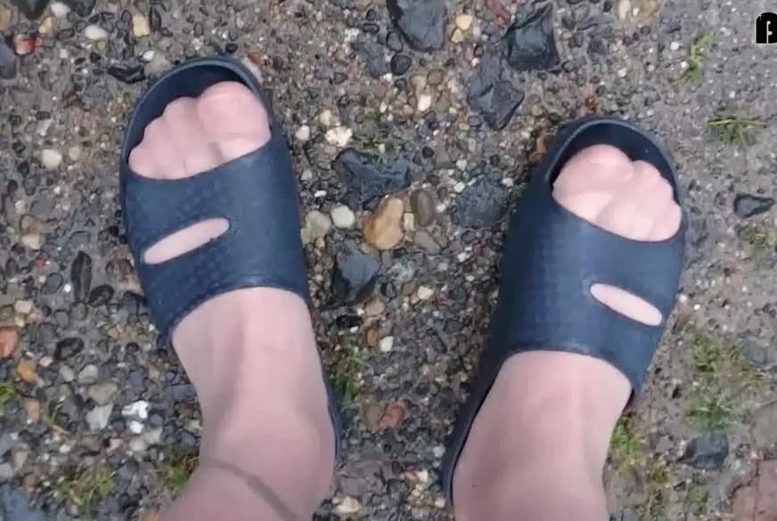Badelatschen im Auto - Nylon Feet -