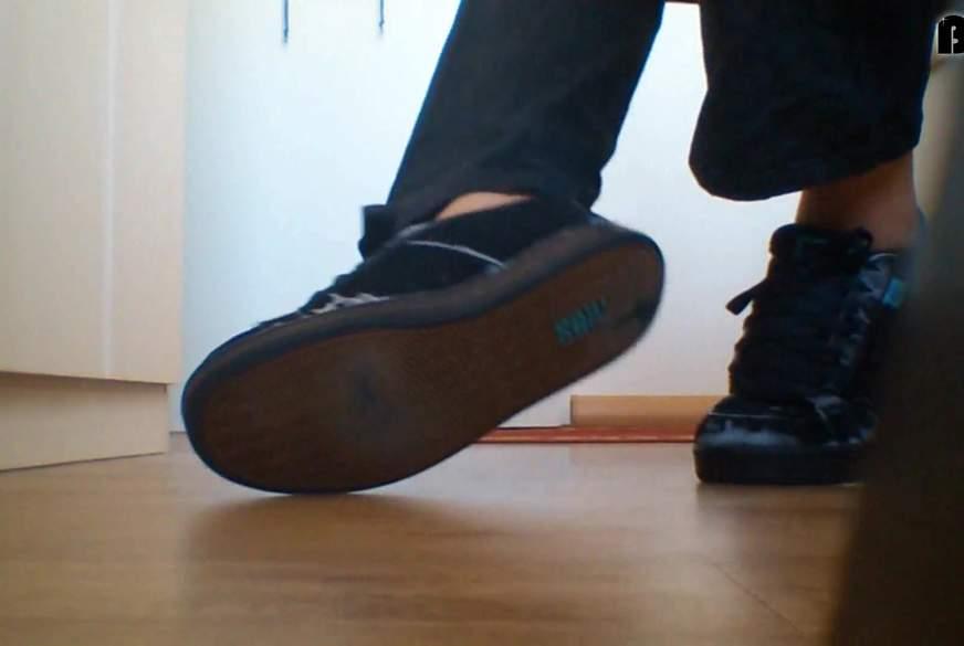 Nylonfüße in alten Sneaker