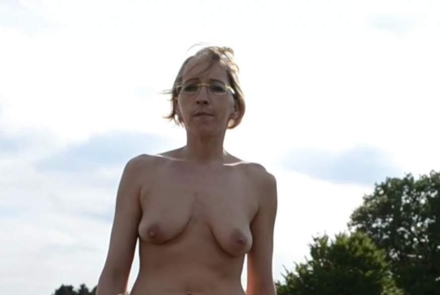 Erotischer nackter Walk in High Heels
