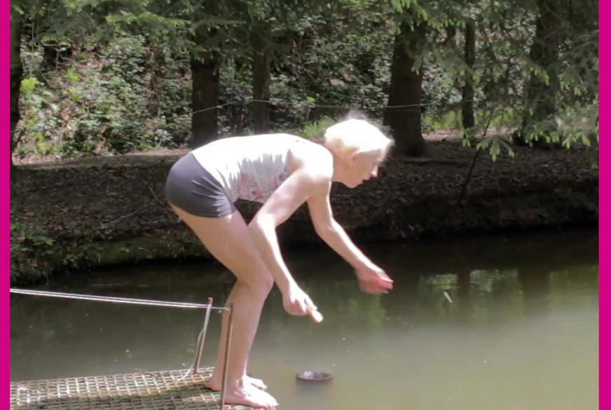 In den Teich gefallen mit Klamotten