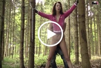 Im Wald gefesselt und gefistet