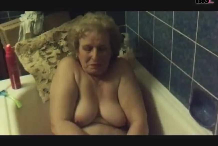 Badewanne masturbiert mit Duschkopf