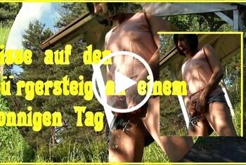 eroticnude: Pisse auf den Bürgersteig an einem sonnigen Tag