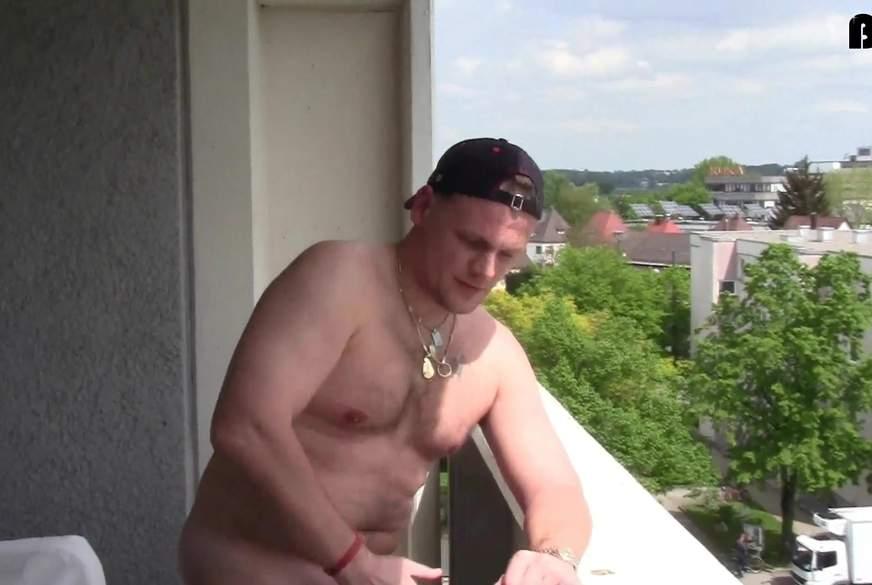 MEGA PUBLIC ! Mitten auf dem Balkon G*****t *