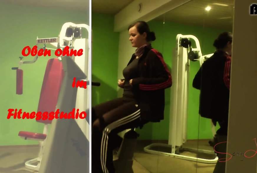 Oben ohne im Fitnessstudio