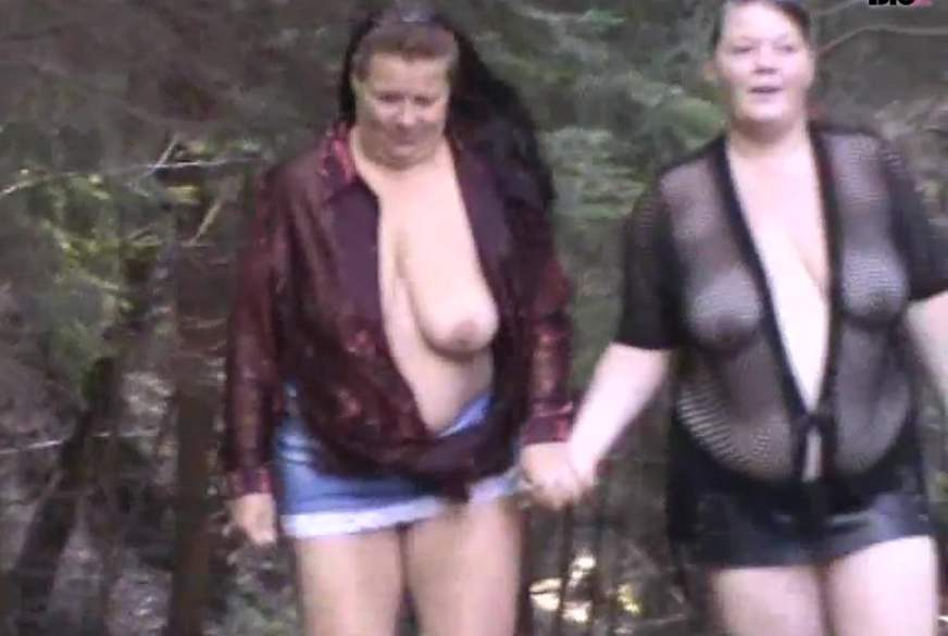 Zwei Frau laufen halb Nackt durch den Wald