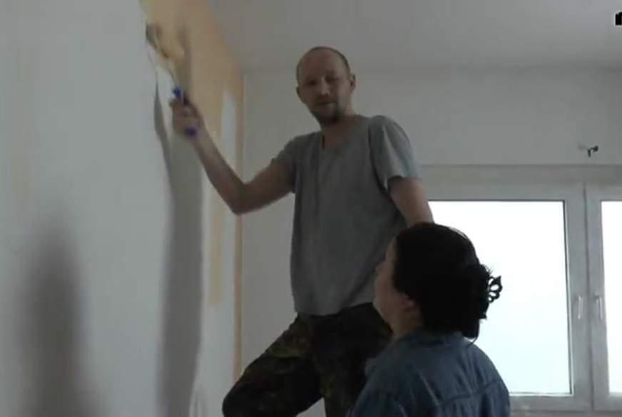Zwei heiß Kerle werden von Malern abgelenkt