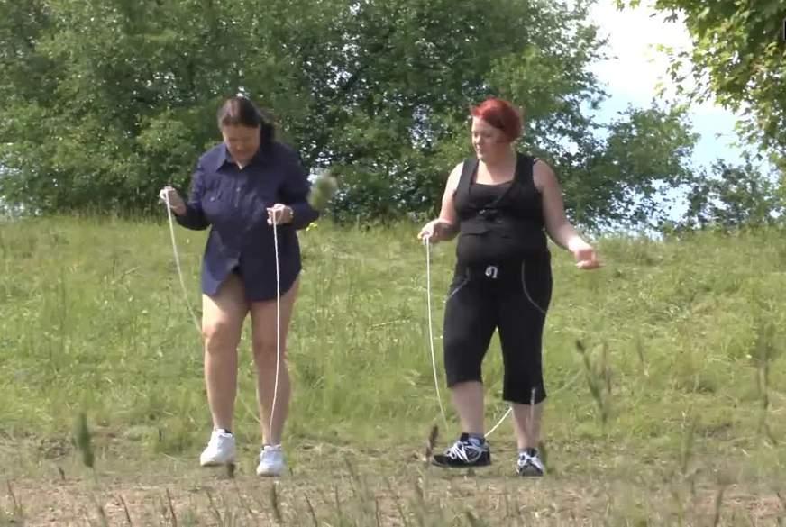 Zwei geile L***en springen Seil