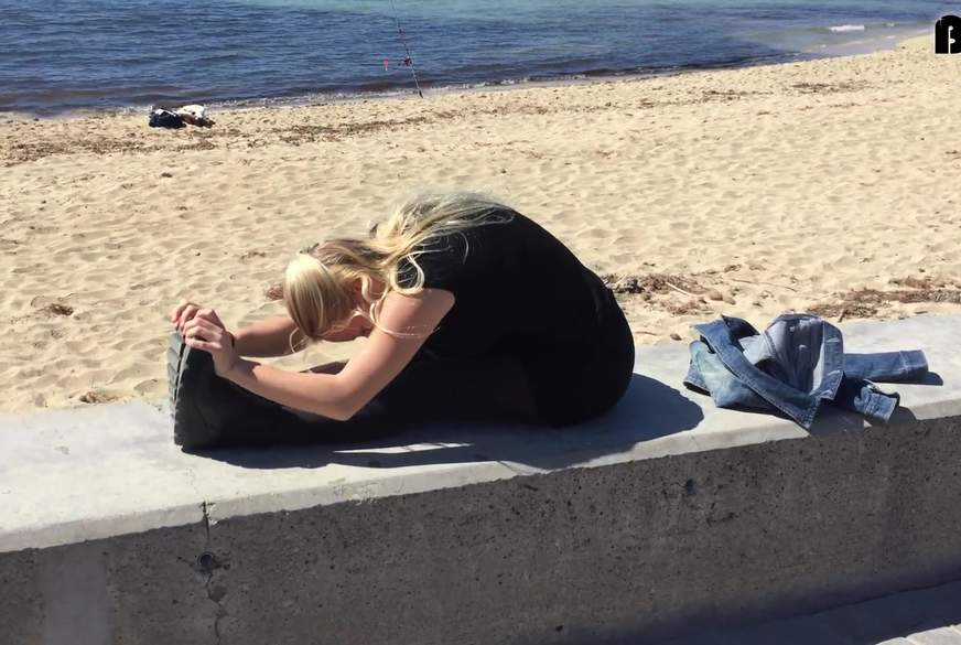 Dehnen an der Strandpromenade