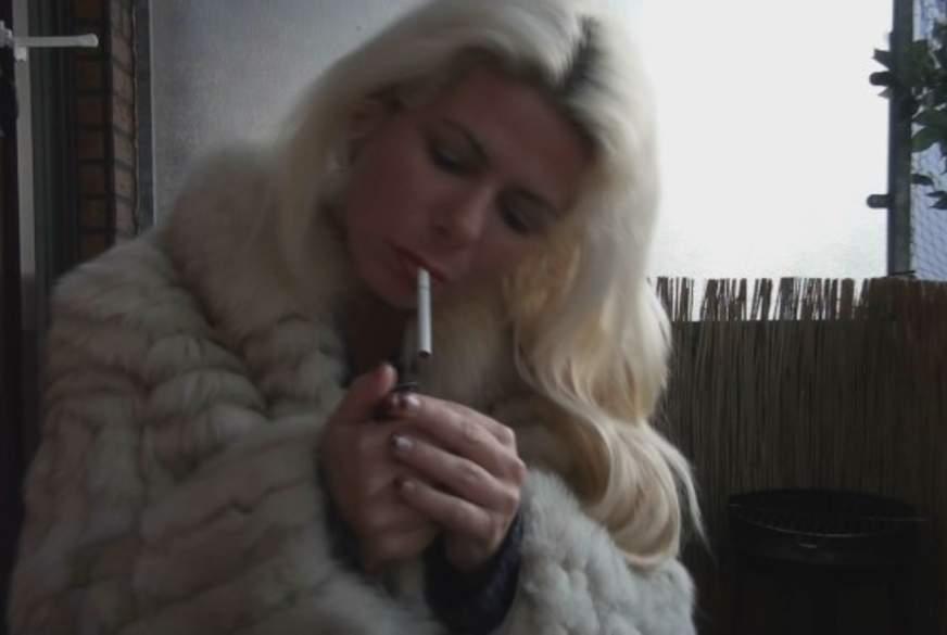 Rauchen in Pelzjacke!