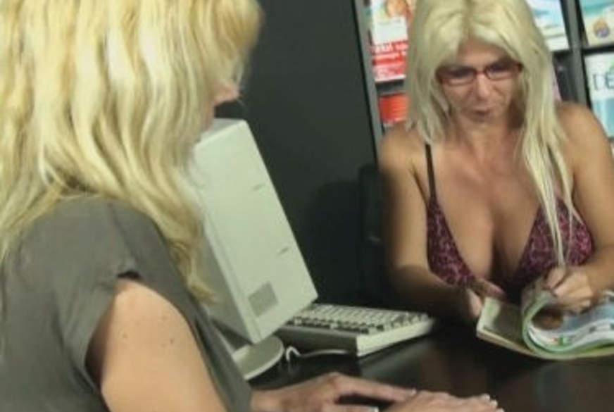 Kundin im Reisebüro vernascht!