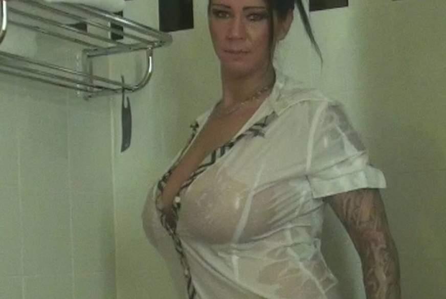 Fette E***r unter der Dusche