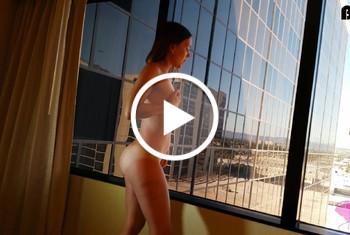G*****e am Hotelfenster mit geilem C*****t