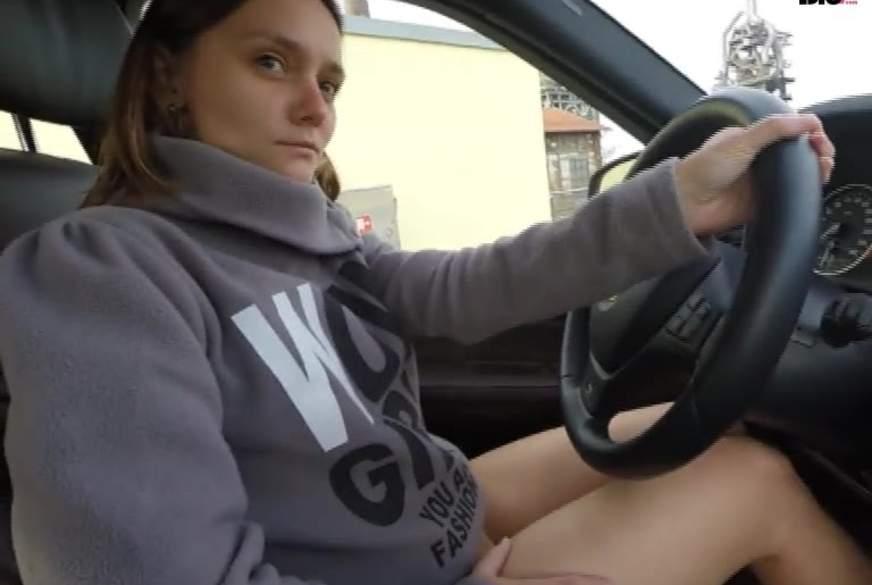 Public mit D***o und Schläppchen im Auto