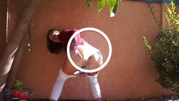 ClaaryCherry: Upsi. Meine Blase im Garten von Bekannten entleert