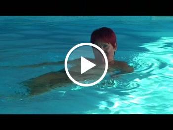 Download: Annadevot - Nackt schwimmen im Pool