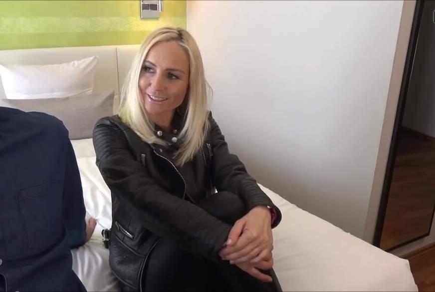 geile blondine wird schön d**********t u v**********t.