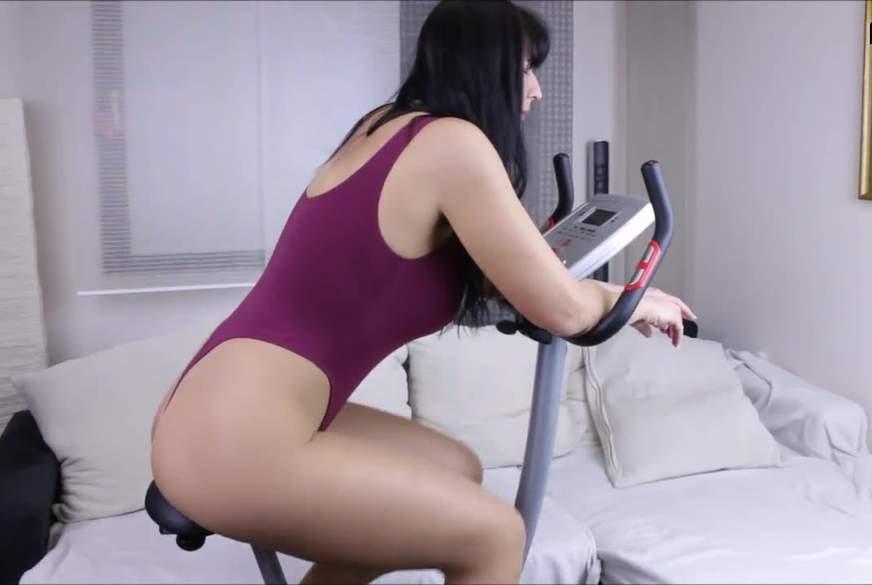 geiles girl beim fitness auf dem fahrrad geil g*****t u v**********t
