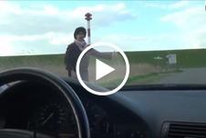 Geile Milftramperin mitgenommen u gefickt auf d Motorhaube