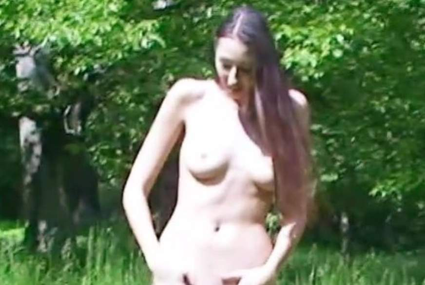 Ganz nackt auf der Wiese im Park