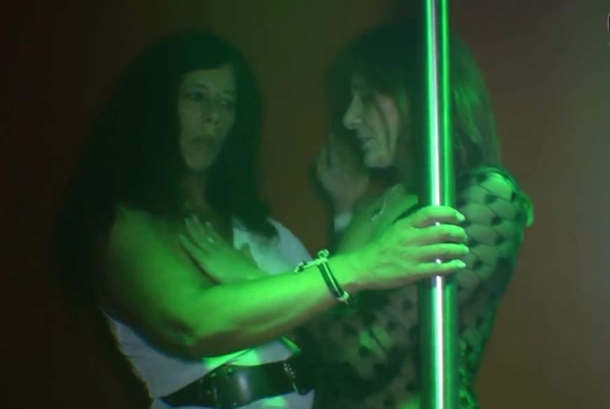 Mit Tanzlehrerin den Zuschauer an der Pole Dance Stange g*****t