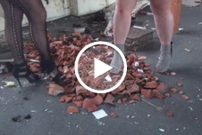 2 Girls crashen den Tontopfhaufen *SOFT*