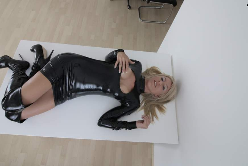Als Latex-F**kpuppe b*****t! XXXL S****am******r!