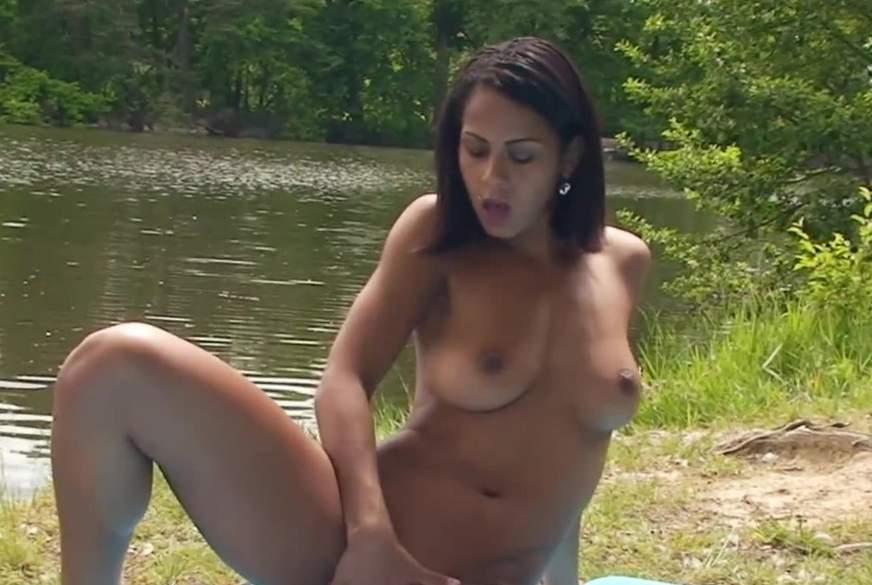 Nackt am See, der Mini Bikini ist ja wie nackt