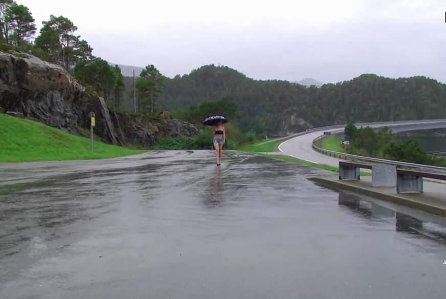 Long Legs und blanke F***e im Regen