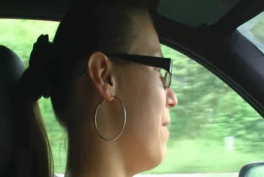 Mit blanker F***e im Auto unterwegs