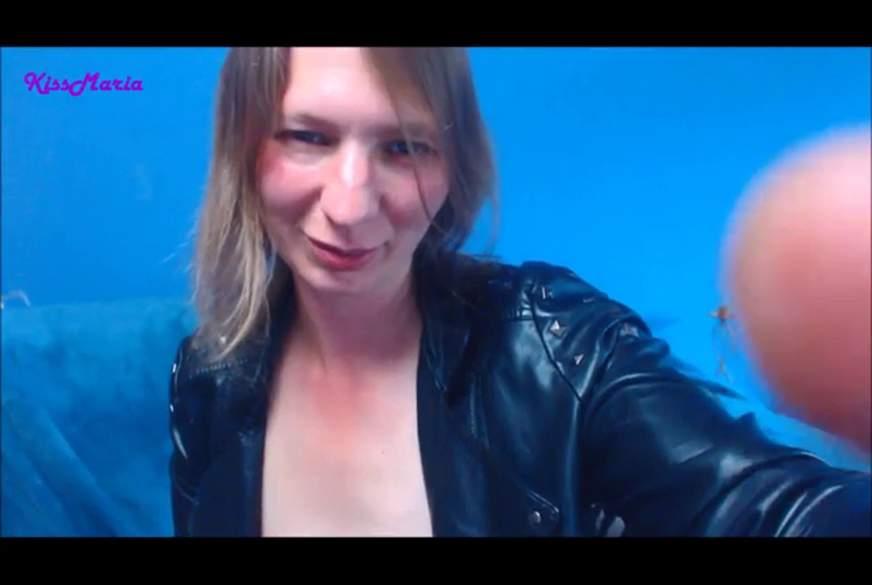 In Lederjacke und Jeans Mini beide L****r g******t