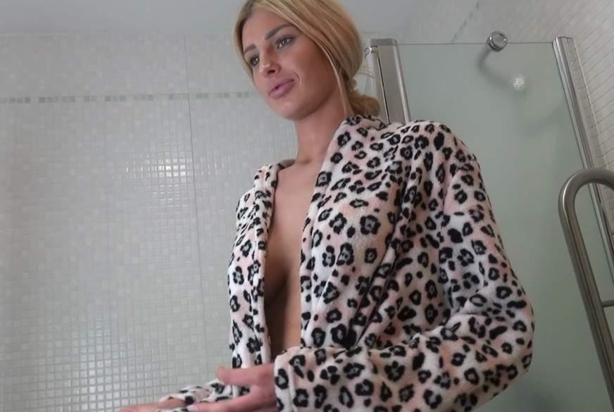 Mein erstes Video - T**nie beim Duschen beobachtet
