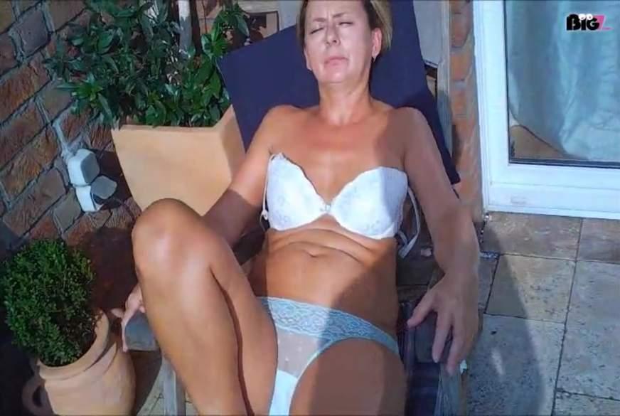 Nackt auf der Terasse