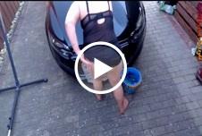 Auto Waschen in Sexy Dessous