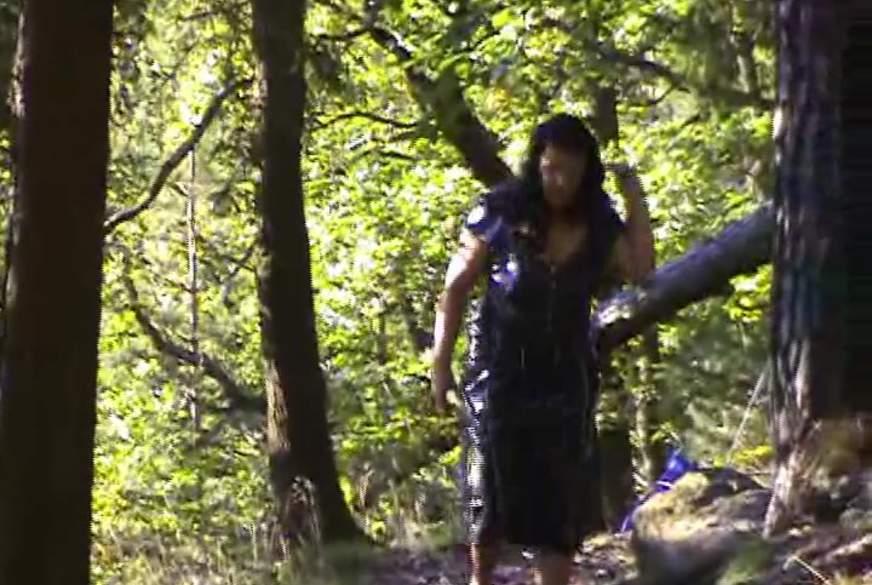 Strip und Nacktwandern im Wald