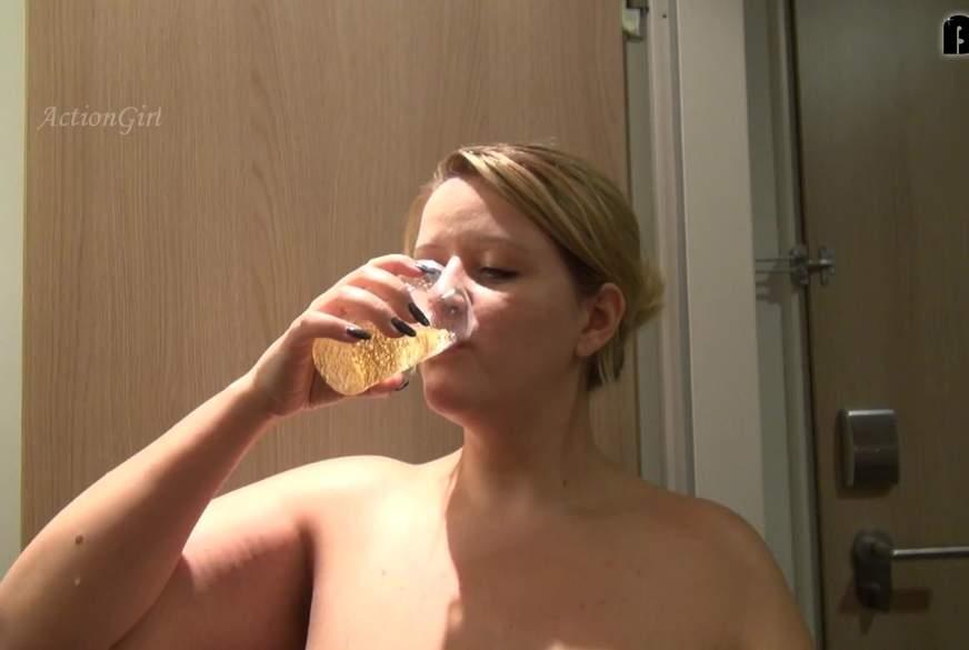 Einen Becher mit frischer P***e ausgetrunken