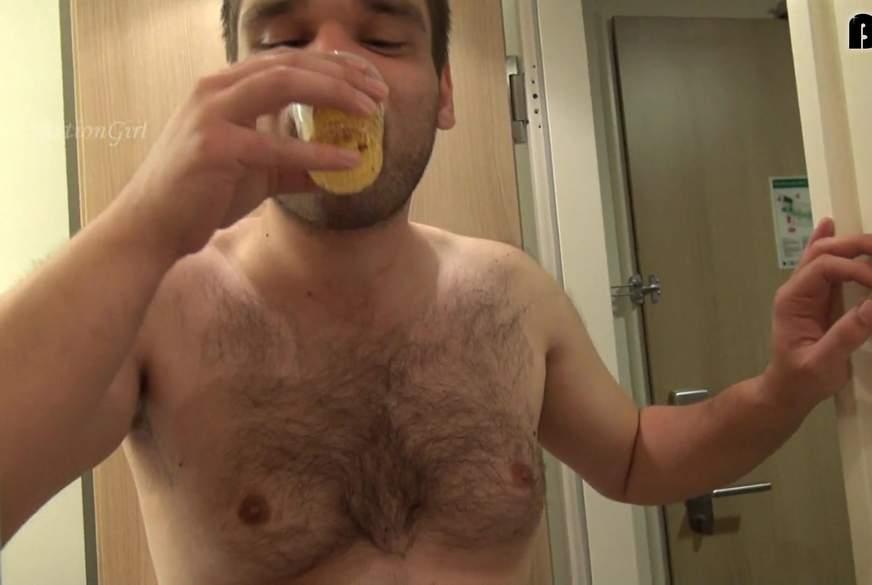 Einen Becher voll mit NS trinken lassen