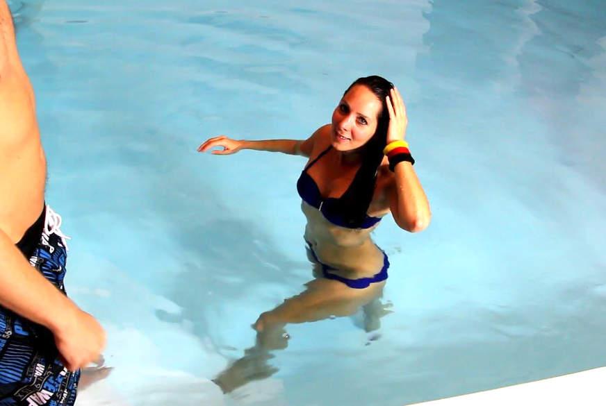 Mitten im Schwimmbad g*****t, Freistoß für Bademeister
