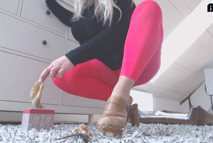 Clogs & Soxx in Leggings