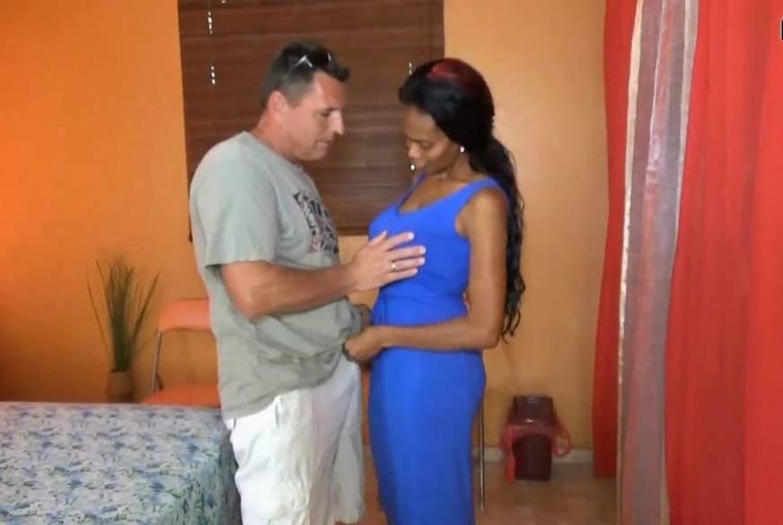 User besucht und f***t Schokobebe in der Karibik