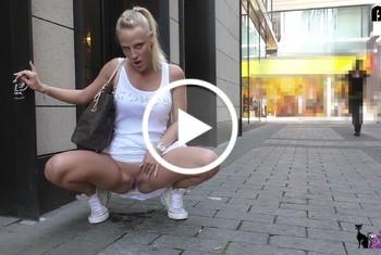 Lara-CumKitten: Extrem dreist - Public PISS mitten in der Kölner Fußgängerzone