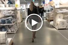 Mitten auf dem Kaufhausparkplatz - Public PISS nach dem shoppen
