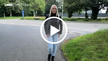 Lara-CumKitten: Helle Jeans public VOLLGEPISST - Pisswalk in Stiefeletten