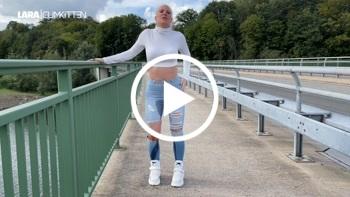 Lara-CumKitten: Public JEANS PISS Walk - NS Flut bis in die Schuhe