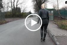 Lara-CumKitten: Dreister Public Piss auf den Haltestellen Sitz