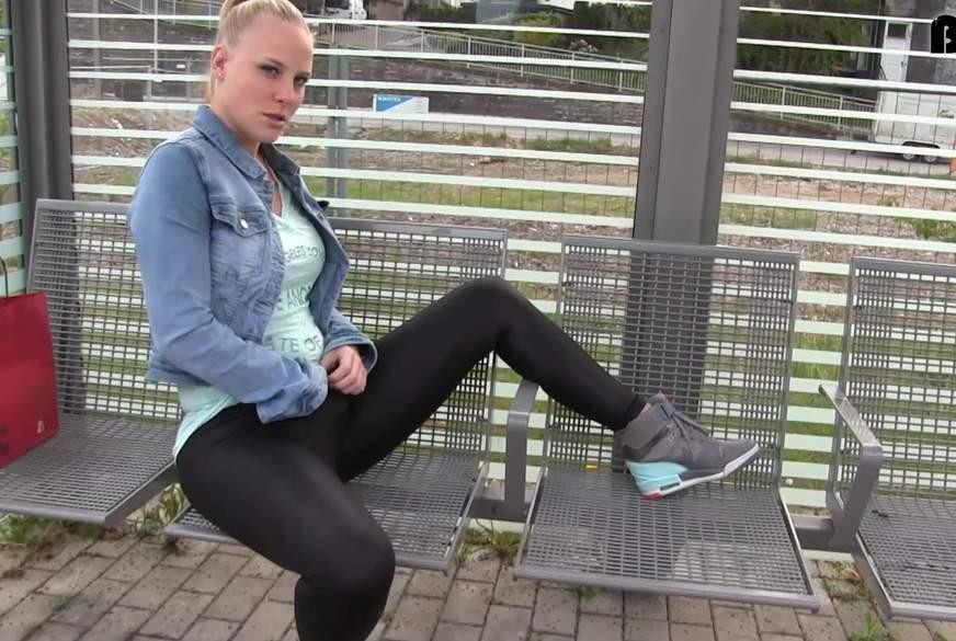 Warten auf die Bahn - Public w*****n am Bahnhof