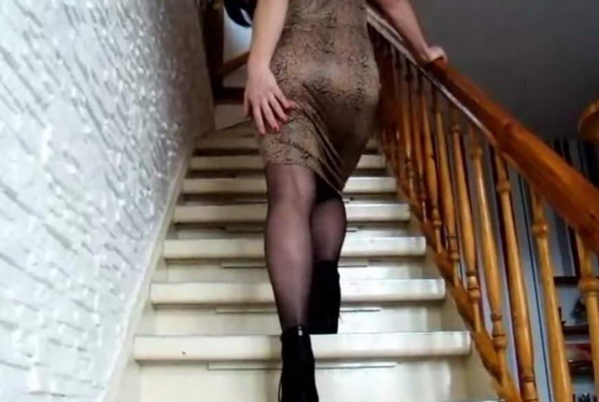 Der devote Spanner auf der Treppe!