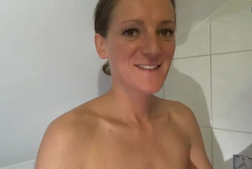 2 Bigirls greifen sich unter der Dusche aus