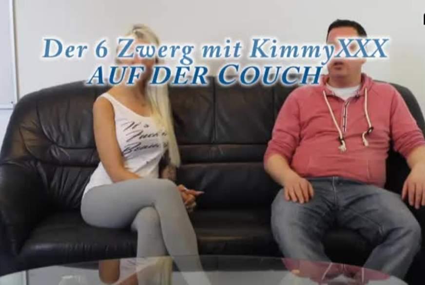 Der 6 Zwerg mit Kimmy XXX auf der Couch