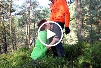 Kehlenfick mit schlucken im Wald